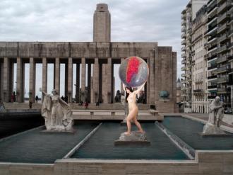 collage digital de una mujer sosteniendo el mundo que muestra solo Argentina